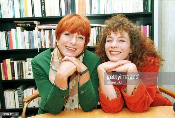 Die Schauspielerin Hannelore Hoger mit ihrer Tochter Nina Hoger ebenfalls Schauspielerin 1998