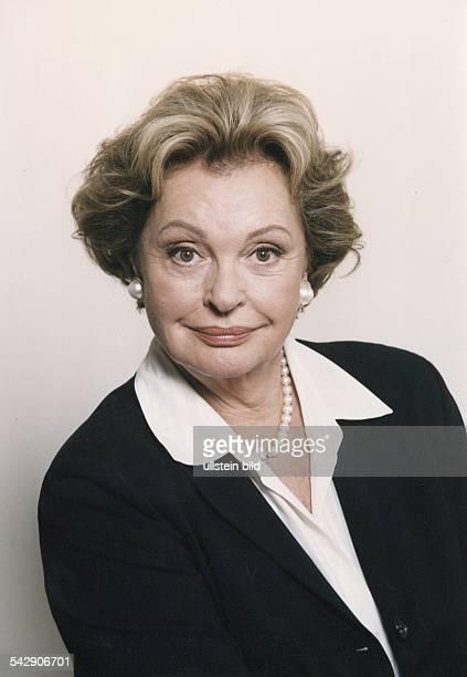 Die Schauspielerin Nadja Tiller mit Perlenohrringen und einer Perlenkette Aufgenommen Oktober 1999