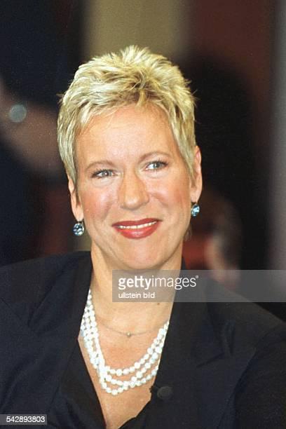 Die Schriftstellerin und Regisseurin Doris Dörrie mit einer mehrreihigen Perlenkette