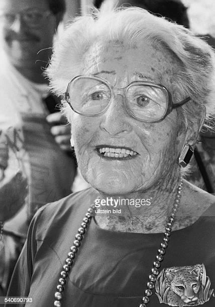 Die schweizerische Fotografin und Frauenrechtlerin Gertrude DubyBlom mit auffälliger Perlenkette und Leopardenbrosche Aufgenommen August 1990