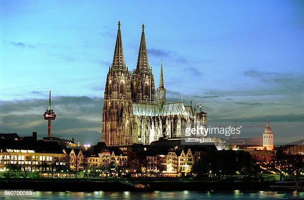 Die Skyline / Stadtansicht von Köln mit dem Kölner Dom in der Abenddämmerung