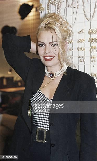 Die Sängerin Kim Wilde mit einer Perlenkette