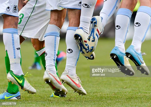 Die Spieler von 1860 springen beim Freistoss hoch waehrend dem Fussball Testspiel SV Werder Bremen gegen TSV 1860 Muenchen am 10 Juli 2013 in Zell am...