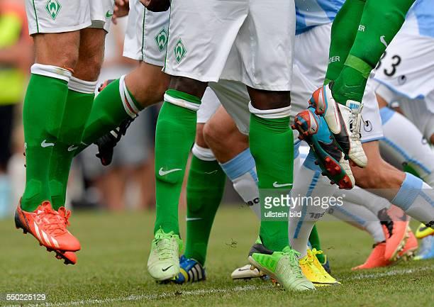 Die Spieler von Bremen springen hoch beim Freistoss waehrend dem Fussball Testspiel SV Werder Bremen gegen TSV 1860 Muenchen am 10 Juli 2013 in Zell...