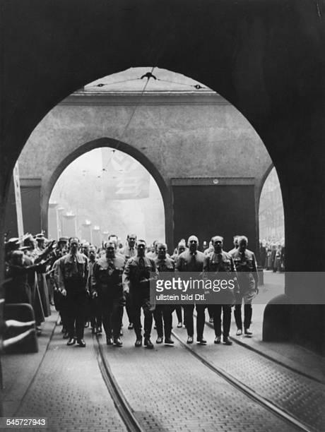 Die Spitze des Zuges auf dem Gedenkmarschunter dem Isartor von links FriedrichWeber Hermann Göring Adolf HitlerUlrich Graf Hermann Kriebel...