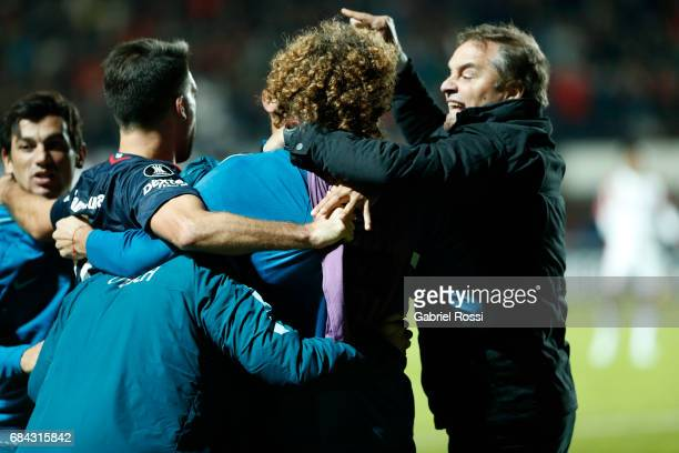 Diego Aguirre coach of San Lorenzo celebrates with his players after a goal scored by Fernando Belluschi of San Lorenzo during a group stage match...