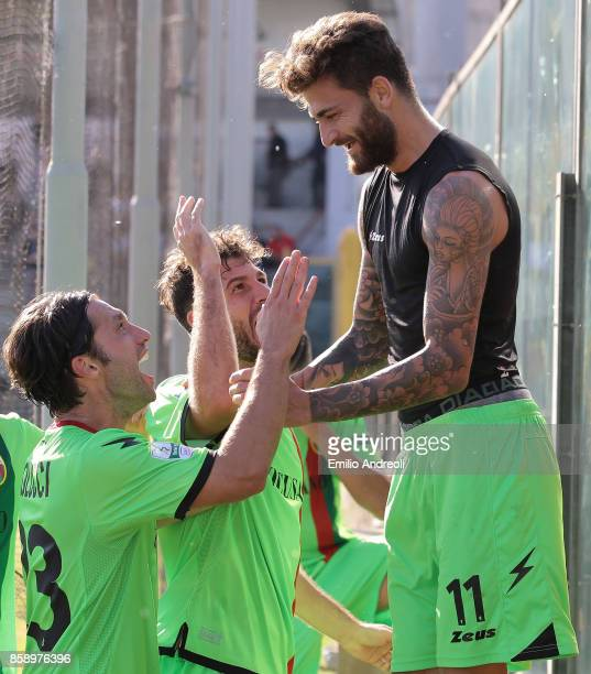Diego Albadoro of Ternana Calcio celebrates his goal with his teammates during the Serie B match between US Cremonese and Ternana Calcio at Stadio...