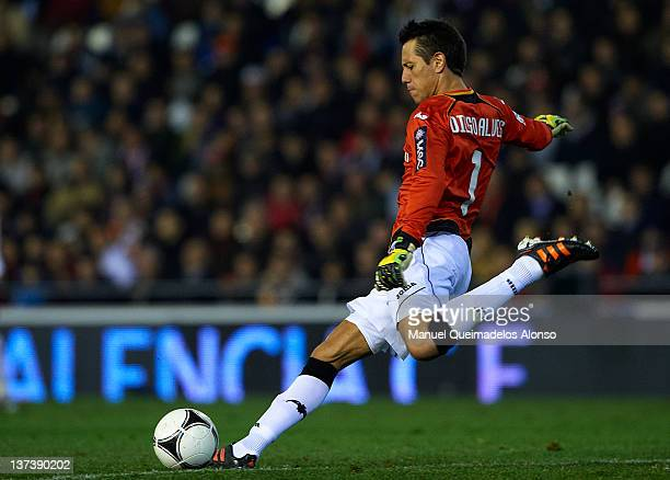 Diego Alves of Valencia takes a goalkick during the Copa del Rey Quarter Finals match between Valencia and Levante at Estadio Mestalla on January 19...
