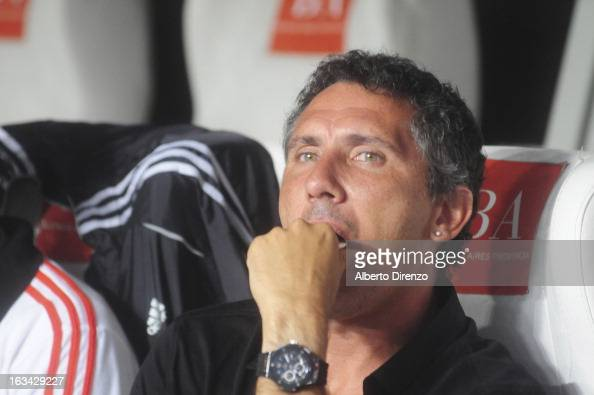 Diego Cagna coach of Estudiantes de La Plata looks on during a match between Newell's Old Boys and Estudiantes de La Plata as part of the Torneo...