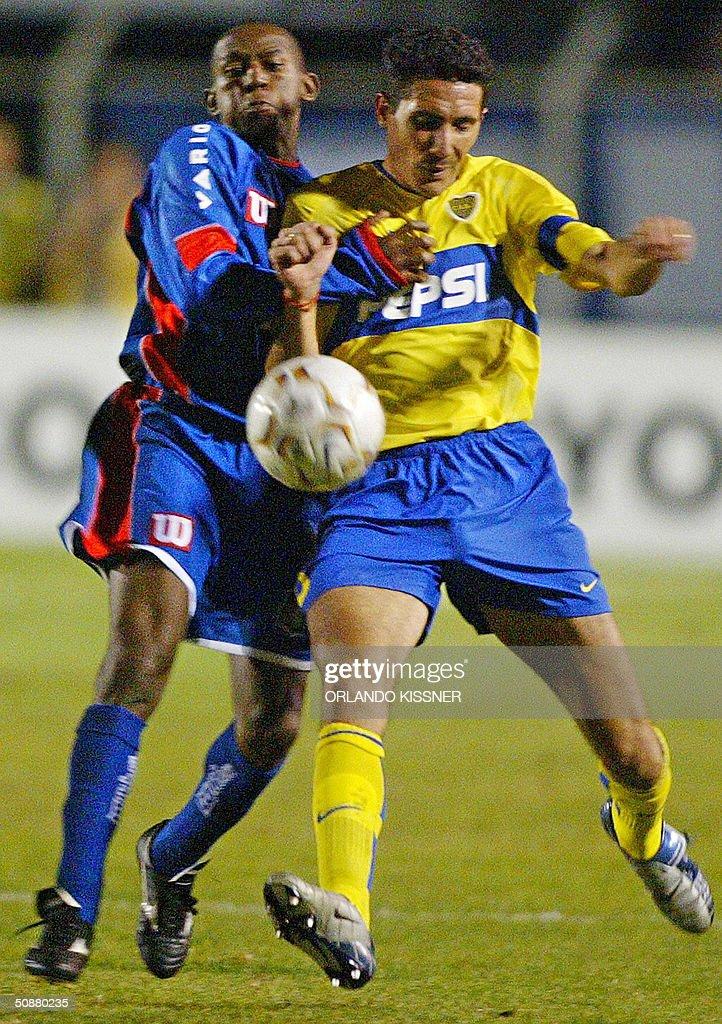 Diego Cagna de Boca Juniors de Argentina disputa el balon con Mineirode Sao Caetano de Brasil en partido de cuartos de final de la Copa Libertadores...