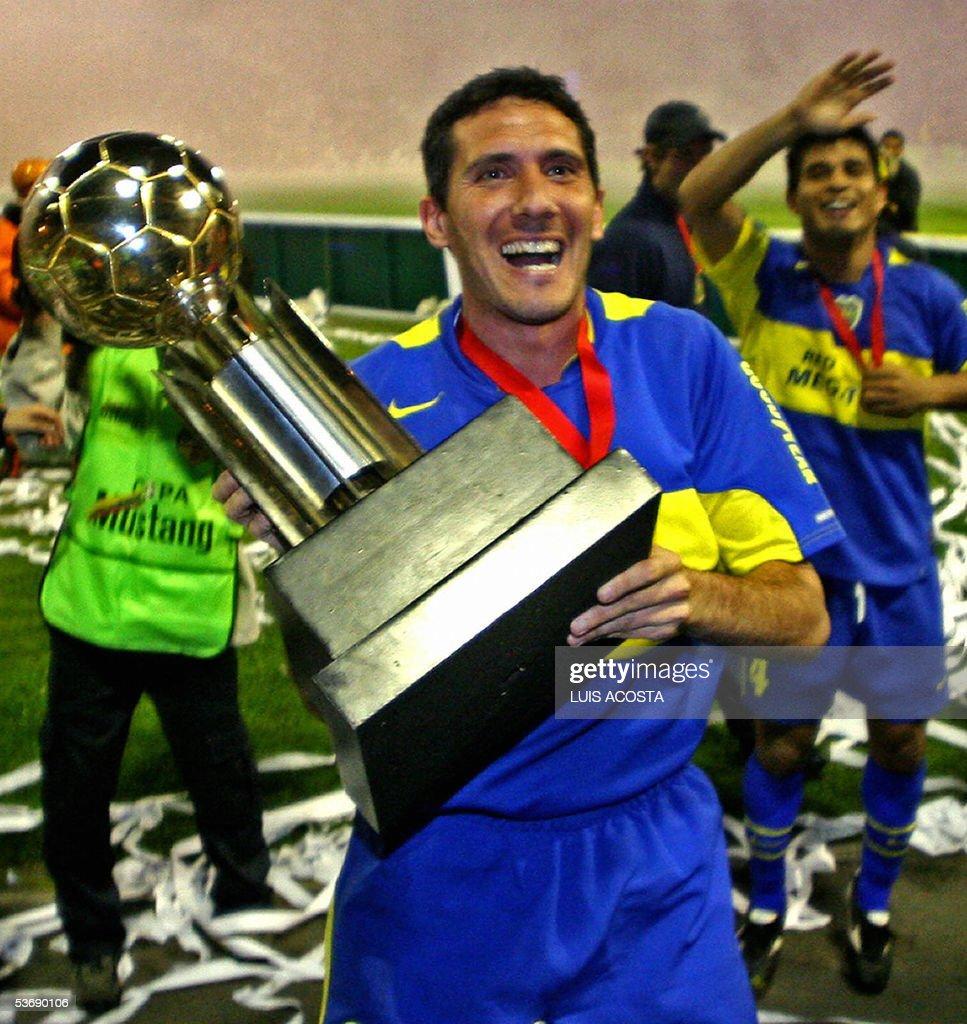 Diego Cagna lleva el trofeo de la Recopa Sudamericana tras vencer en resultado global de partido de ida y vuelta 43 a Once Caldas en Manizales el 31...