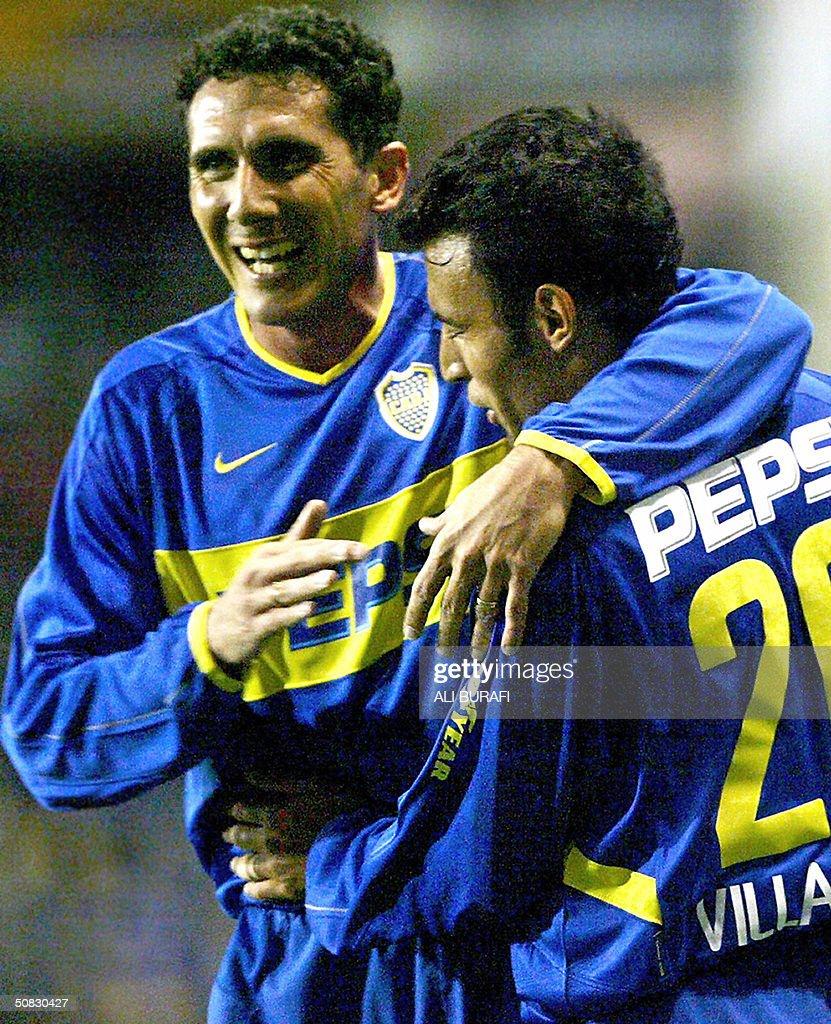 Diego Cagna y Javier Villarreal de Boca Juniors celebran el primer gol para su equipo frente al Sporting Cristal el 12 de mayo de 2004 en el partido...