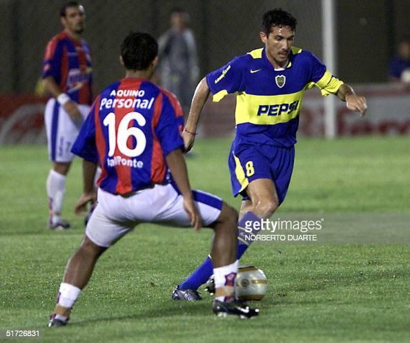 Diego Canas jugador de Boca Juniors de Argentina elude la marca de Serguio Aquino de Cerro Porteno de Paraguay en partido por los cuartos de final de...