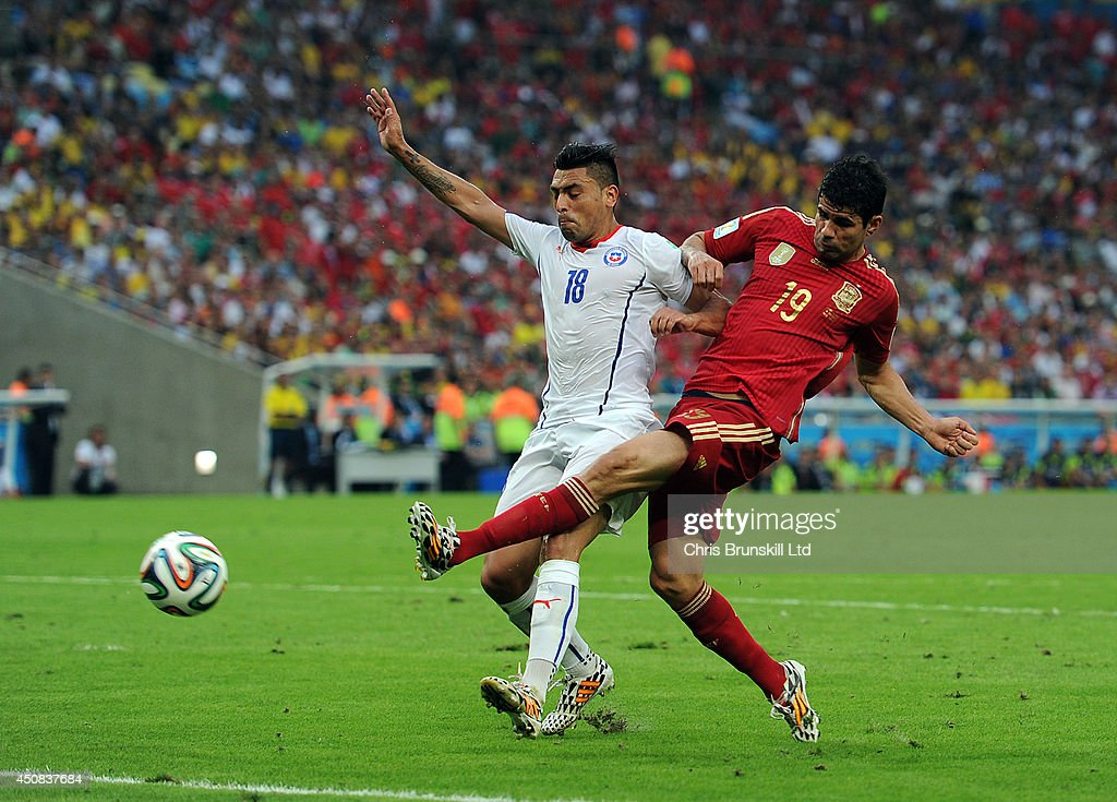 Diego Costa of Spain shoots at the goal under pressure from <a gi-track='captionPersonalityLinkClicked' href=/galleries/search?phrase=Gonzalo+Jara&family=editorial&specificpeople=860125 ng-click='$event.stopPropagation()'>Gonzalo Jara</a> of Chile during the 2014 FIFA World Cup Brazil Group B match between Spain and Chile at Maracana Stadium on June 18, 2014 in Rio de Janeiro, Brazil.