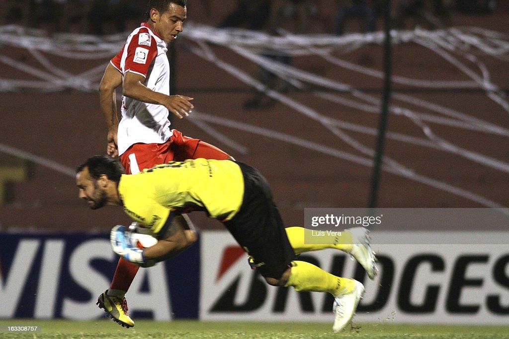Diego Daniel Barreto (L) of Cerro Porteño fights for the ball with Wílder Medina (R) of Independiente de Santa Fe as part of the Bridgestone Libertadores 2013 Cup at Gral Pablo Rojas Stadium on March 07, 2013 in Asuncion, Paraguay.