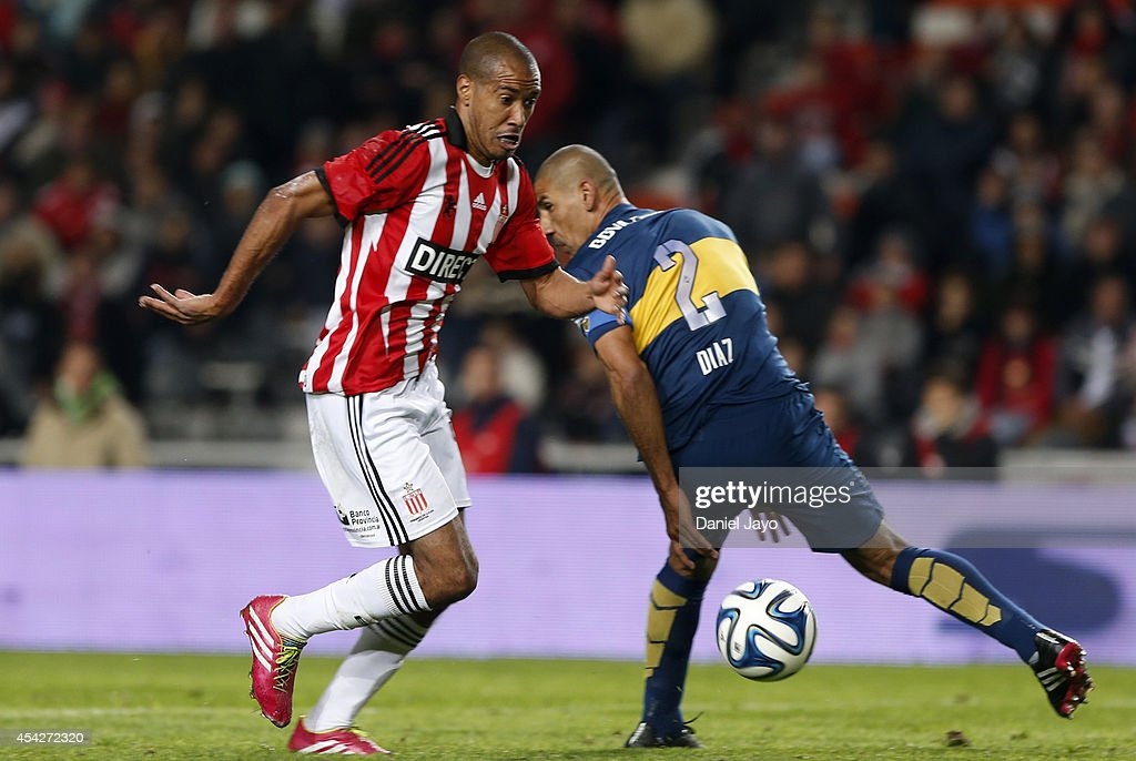 Diego Daniel Vera (L) , of Estudiantes, dribbles past Daniel Diaz during a match between Estudiantes and Boca Juniors as part of forth round of Torneo de Transicion 2014 at Ciudad de La Plata Stadium on August 27, 2014 in La Plata, Argentina.