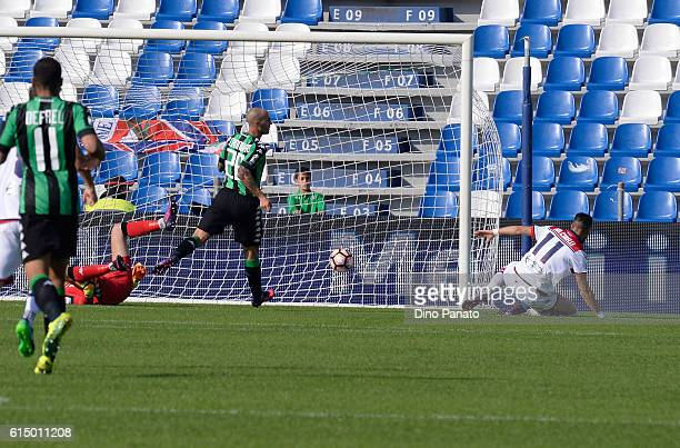 Diego Falcinelli of FC Crotone scores his opening goal during the Serie A match between US Sassuolo and FC Crotone at Mapei Stadium Citta' del...