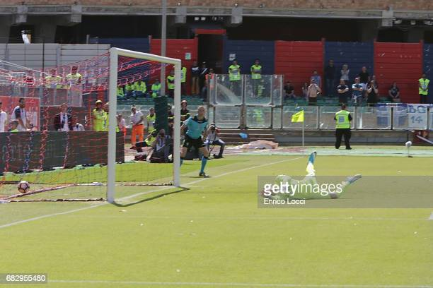 Diego Farias of Cagliari scores his goal 30 during the Serie A match between Cagliari Calcio and Empoli FC at Stadio Sant'Elia on May 14 2017 in...