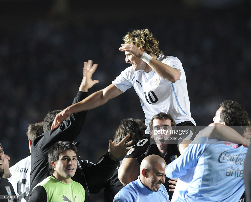 Diego Forlan and the teammates of Uruguay celebrate after the victory between Argentina and Uruguay as part of the Cuarter Final, of Copa America 2011 at Brigadier Lopez Stadium on july 16, 2011 in Santa Fe, Argentina.