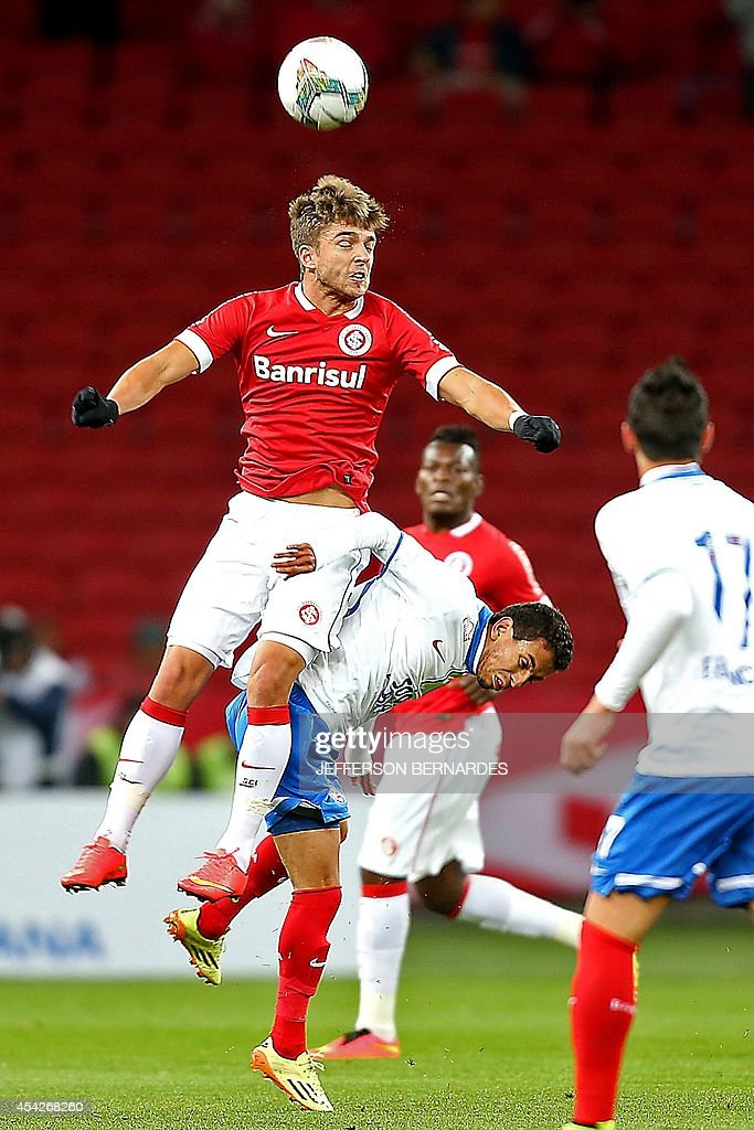 Diego Macedo (R) of Brazilian Bahia's vies for the ball with Claudio Winck of Brazil's Internacional during their 2014 Copa Sudamericana football match at Beira Rio stadium in Porto Alegre, Brazil on August 27, 2014. AFP PHOTO / Jefferson BERNARDES