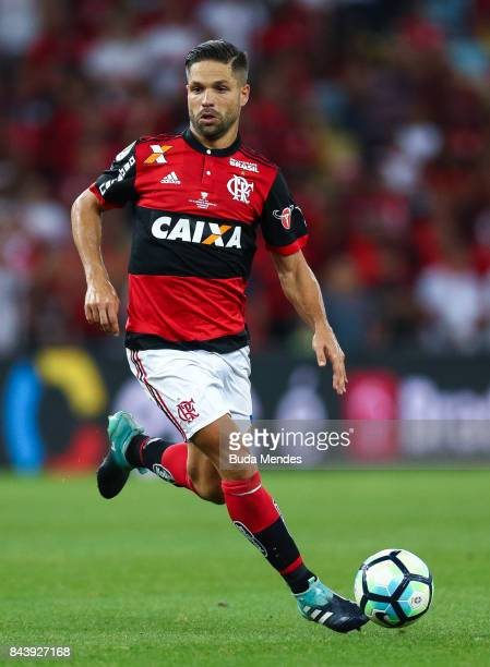 Diego of Flamengo controls the ball during a match between Flamengo and Cruzeiro part of Copa do Brasil 2017 Finals at Maracana Stadium on September...