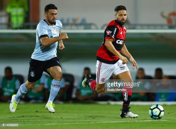 Diego of Flamengo struggles for the ball with Edilson of Gremio during a match between Flamengo and Gremio as part of Brasileirao Series A 2017 at...