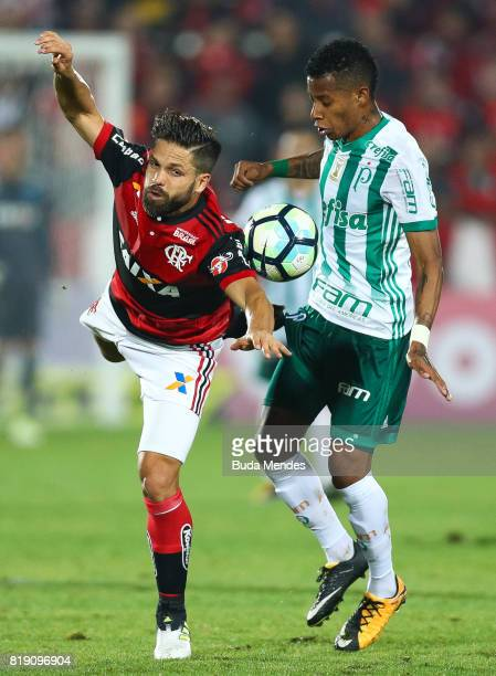Diego of Flamengo struggles for the ball with Tche Tche of Palmeiras during a match between Flamengo and Palmeiras as part of Brasileirao Series A...