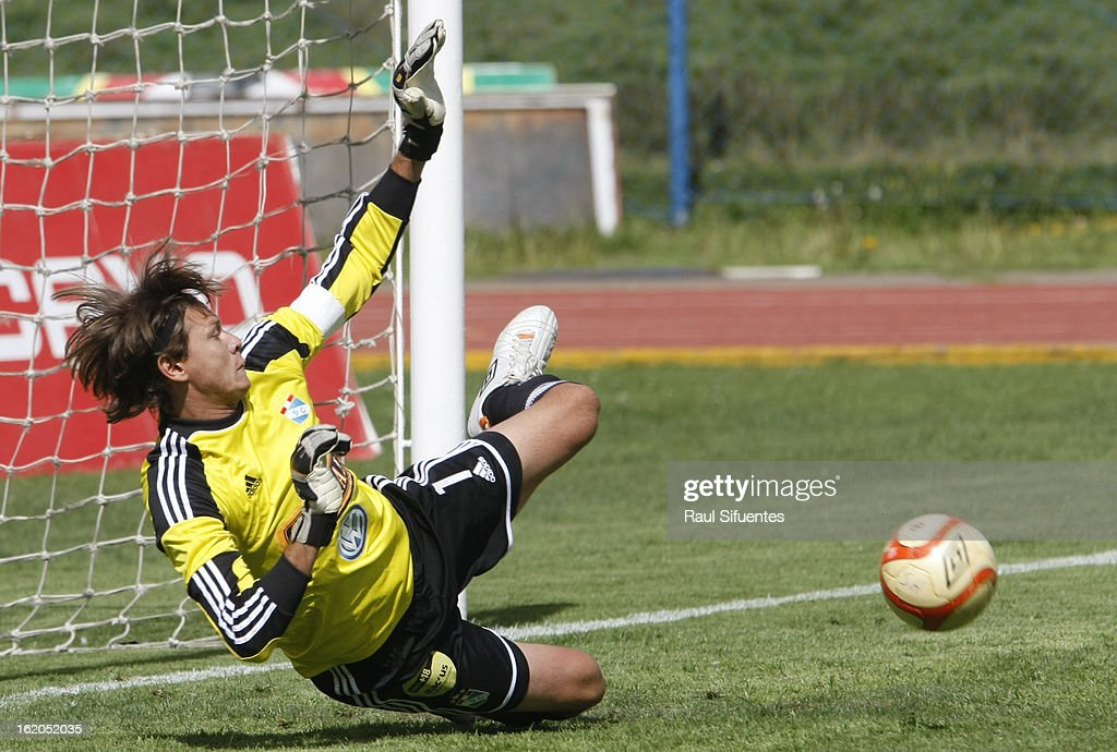 Diego Penny, goalkeeper of Sporting Cristal, in action during a match between Sport Huancayo and Sporting Cristal as part of The Torneo Descentralizado 2013 at the Huancayo Stadium on February 18, 2013 in Huancayo, Peru