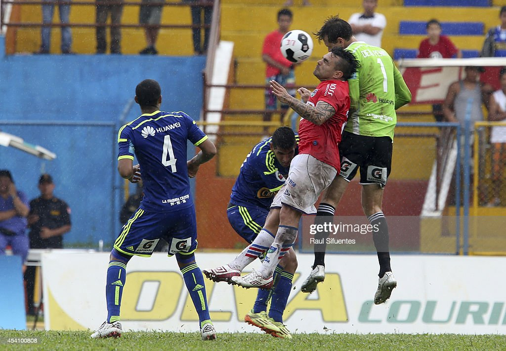 Diego Penny (R) of Sporting Cristal struggles for the ball with Cristhian Bogado (L) of Union Comercio during a match between Union Comercio and Sporting Cristal as part of round 14 of Torneo Apertura 2014 at IPD de Moyobamba Stadium on August 24, 2014 in Moyobamba, Peru.