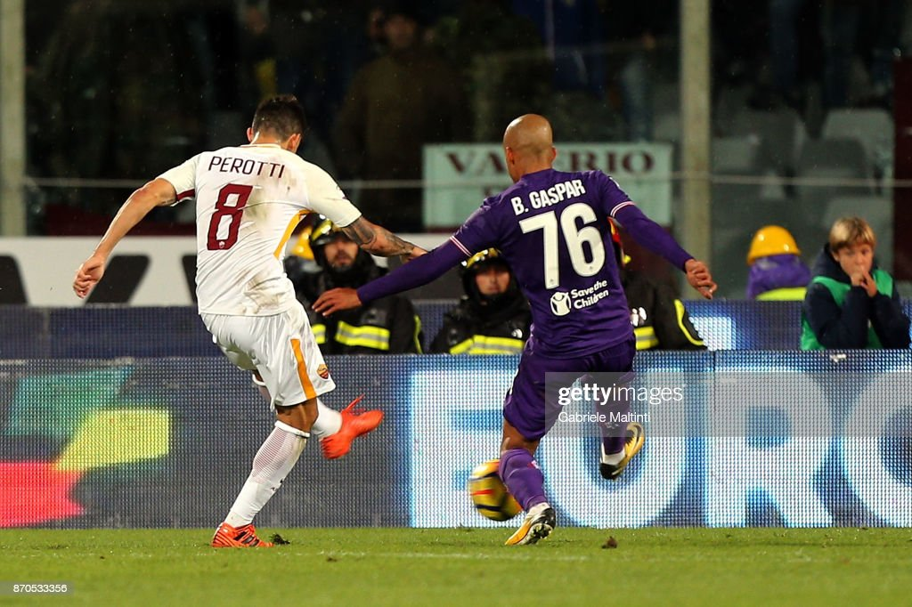 Diego Perotti of AS Roma scores a goal during the Serie A match between ACF Fiorentina and AS Roma at Stadio Artemio Franchi on November 5, 2017 in Florence, Italy.