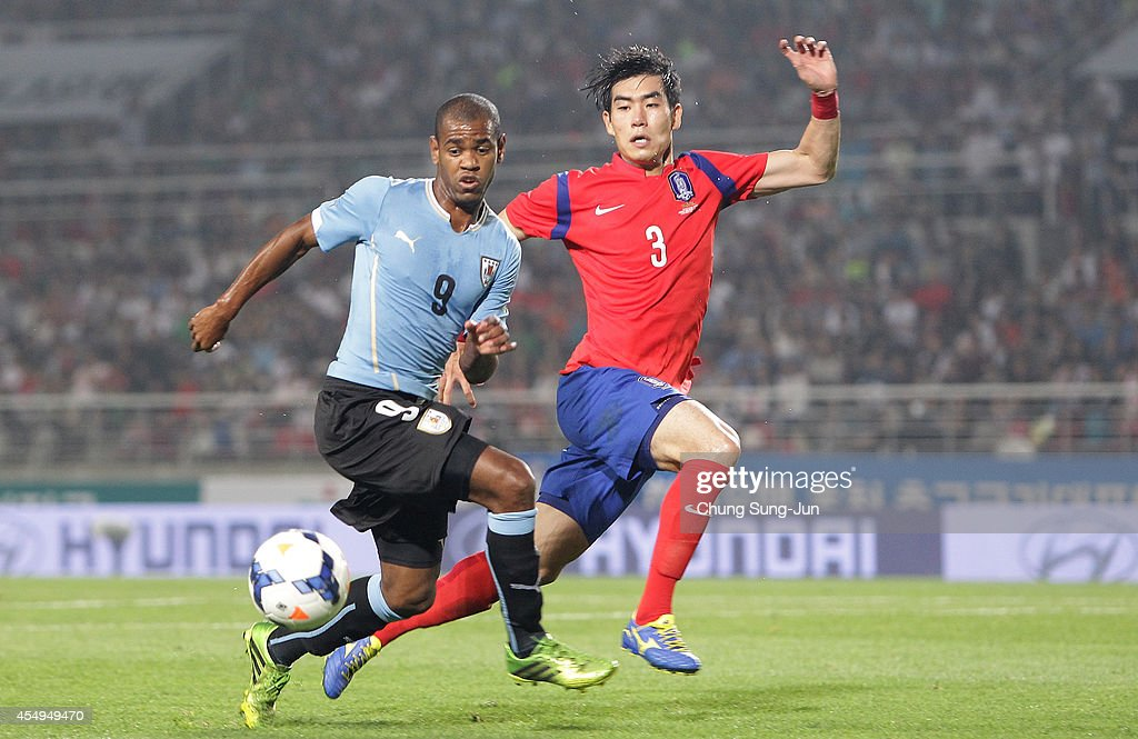 Diego Rolan of Uruguay competes for the ball with <a gi-track='captionPersonalityLinkClicked' href=/galleries/search?phrase=Kim+Ju-Young&family=editorial&specificpeople=10719859 ng-click='$event.stopPropagation()'>Kim Ju-Young</a> of South Korea during the international friendly match between South Korea and Uruguay at Goyang Stadium on September 8, 2014 in Goyang, South Korea.