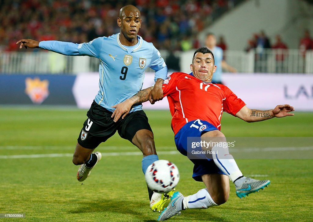 Diego Rolan of Uruguay fights for the ball with <a gi-track='captionPersonalityLinkClicked' href=/galleries/search?phrase=Gary+Medel&family=editorial&specificpeople=4123504 ng-click='$event.stopPropagation()'>Gary Medel</a> of Chile during the 2015 Copa America Chile quarter final match between Chile and Uruguay at Nacional Stadium on June 24, 2015 in Santiago, Chile.