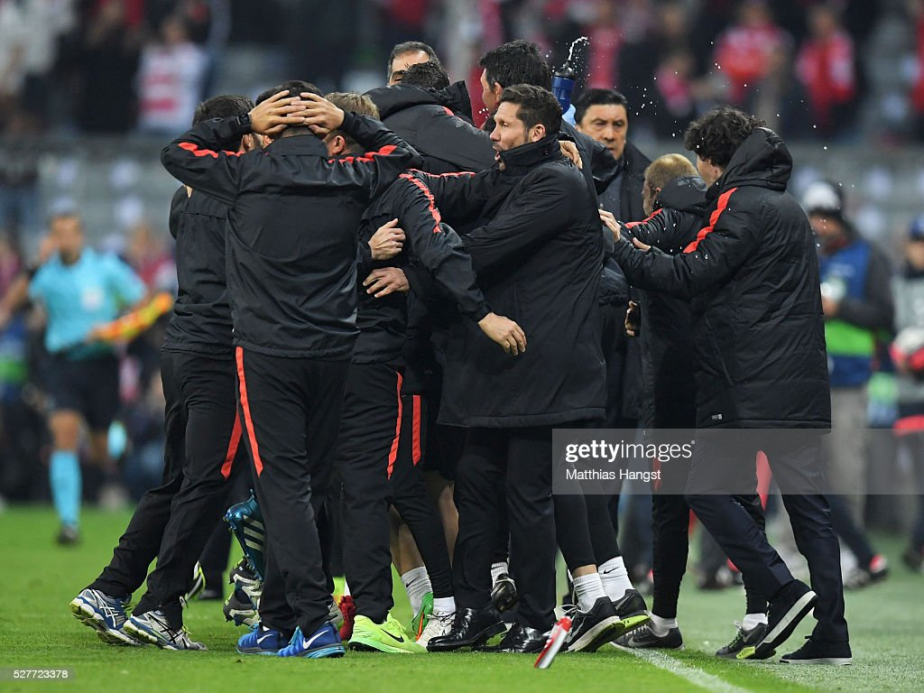 Diego Simeone head coach of Atletico Madrid (C) celebrates with players and staff after the UEFA Champions League semi final second leg match between FC Bayern Muenchen and Club Atletico de Madrid at Allianz Arena on May 3, 2016 in Munich, Germany. Bayern Munich won the match 2-1, but Atletico Madrid reached the final on the away goals rule.