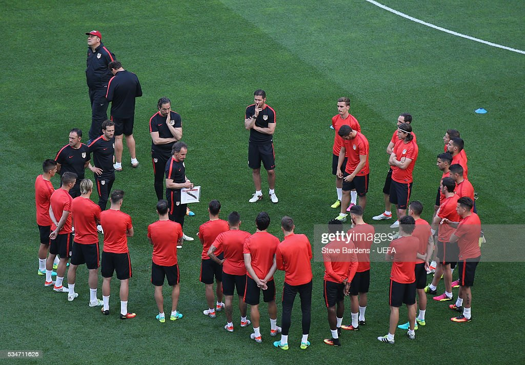 <a gi-track='captionPersonalityLinkClicked' href=/galleries/search?phrase=Diego+Simeone&family=editorial&specificpeople=226872 ng-click='$event.stopPropagation()'>Diego Simeone</a> head coach of Atletico Madrid talks to his players during Atletico de Madrid training session on the eve of the UEFA Champions League Final against Real Madrid at Stadio Giuseppe Meazza on on May 27, 2016 in Milan, Italy.