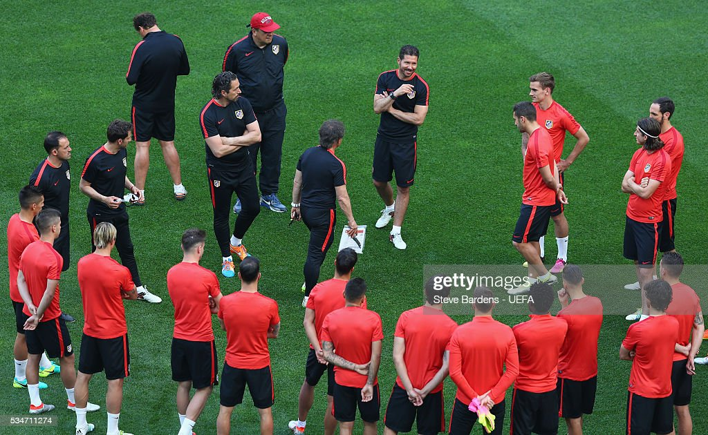 <a gi-track='captionPersonalityLinkClicked' href=/galleries/search?phrase=Diego+Simeone&family=editorial&specificpeople=226872 ng-click='$event.stopPropagation()'>Diego Simeone</a> head coach of Atletico Madrid talks to his players during the Atletico de Madrid training session on the eve of the UEFA Champions League Final against Real Madrid at Stadio Giuseppe Meazza on on May 27, 2016 in Milan, Italy.
