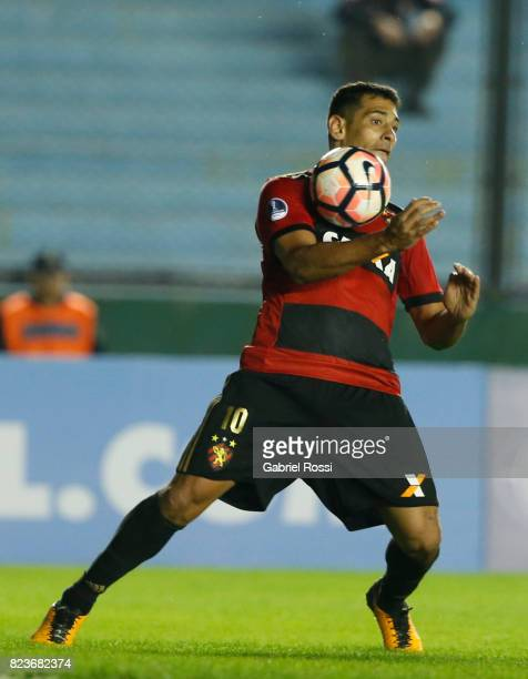 Diego Souza of Sport Recife controls the ball during a second leg match between Arsenal and Sport Recife as part of second round of Copa Conmebol...