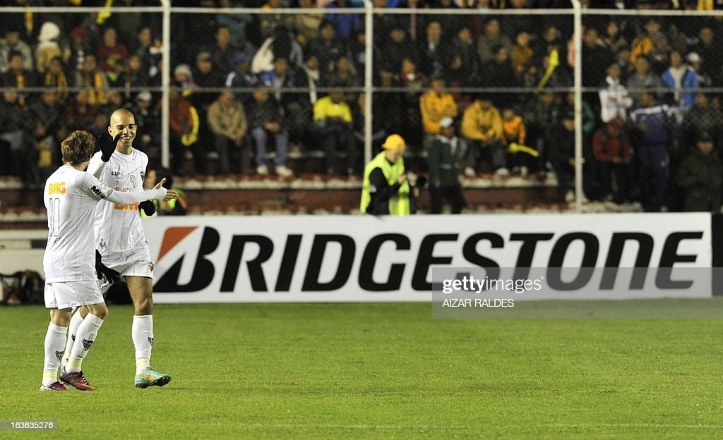 Diego Tardelli (R) of Brazil's Atletico Mineiro celebrates after scoring against Bolivia's The Strongest during their Copa Libertadores match at Hernando Siles stadium in La Paz, Bolivia, on March 13, 2013. AFP PHOTO/Aizar Raldes