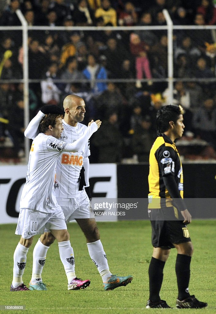 Diego Tardelli (C) of Brazil's Atletico Mineiro celebrates after scoring against Bolivia's The Strongest during their Copa Libertadores football match at Hernando Siles stadium in La Paz, Bolivia, on March 13, 2013. AFP PHOTO/Aizar Raldes