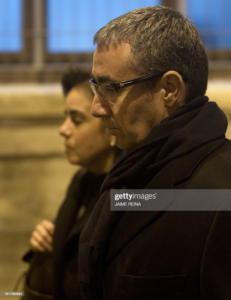 Diego Torres (R), former partner of Spain's Duke of Palma, and his wife Ana Maria Tejeiro leave a courthouse in Palma de Mallorca on February 16, 2013, to testify in the Noos corruption case. Spanish King's son-in-law Inaki Urdangarin and his former business partner Diego Torres are suspected of syphoning off millions of euros paid by regional governments for staging sporting and tourism events to the Noos Institute, a charitable organisation based in Palma he chaired from 2004 to 2006, and of tax fraud. AFP PHOTO / JAIME REINA