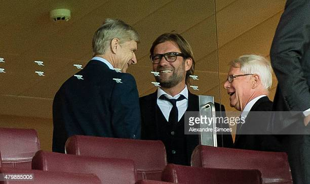 Dienstag in London / England Fussball Champions League Saison 13/14 Arsenal FC BV Borussia Dortmund Trainer Arsene Wenger mit Trainer Juergen Klopp...