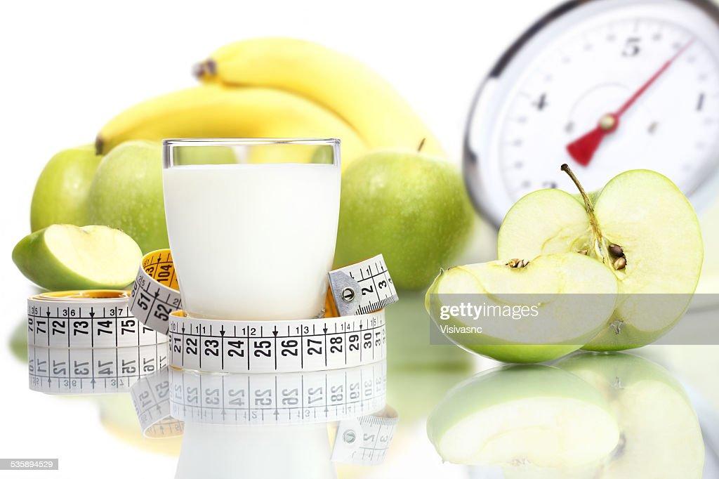 Ernährung Essen Milch in Glas und Obst Apple großen Waage : Stock-Foto