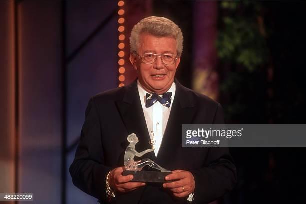 Dieter Thomas Heck mit Preis für M i c h e l l e ARDShow 'Die Deutschen Schlagerfestspiele 1997' am Ortenauhalle Offenburg Deutschland