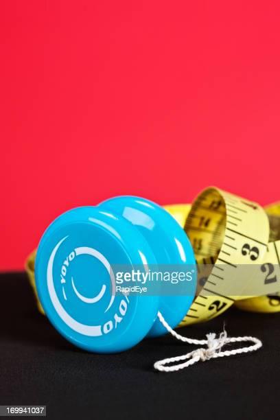 Régime amaigrissant les hauts et les bas affiché par yo-yo avec ruban à mesurer