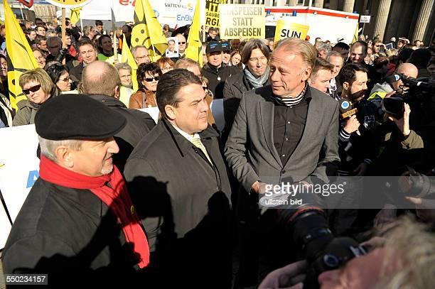 Dietmar Hexel Sigmar Gabriel und Jürgen Trittin während einer Kundgebung unter dem Motto Stoppt den SolarAusstieg Gegen die Kürzung der Fördermittel...