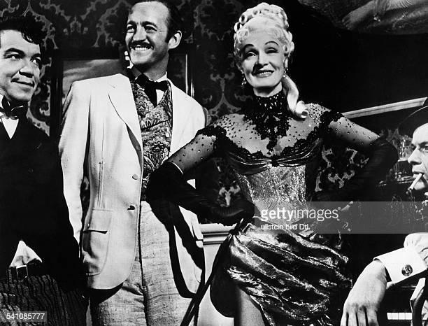 Dietrich Marlene *Schauspielerin D als Hostess mit Davd Niven in dem Film 'In achtzig Tagen um die Welt' Regie Michael Anderson 1956