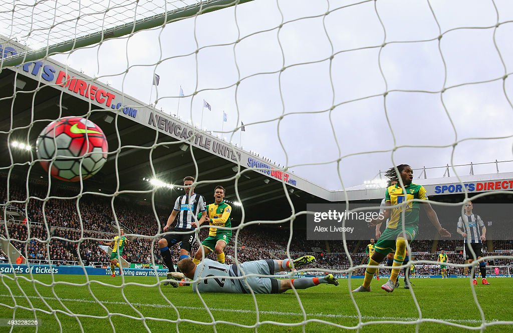 <a gi-track='captionPersonalityLinkClicked' href=/galleries/search?phrase=Dieumerci+Mbokani&family=editorial&specificpeople=4528520 ng-click='$event.stopPropagation()'>Dieumerci Mbokani</a> of Norwich City beats goalkeeper Robert Elliot of Newcastle United to score their first and equalising goal during the Barclays Premier League match between Newcastle United and Norwich City at St James' Park on October 18, 2015 in Newcastle upon Tyne, England.