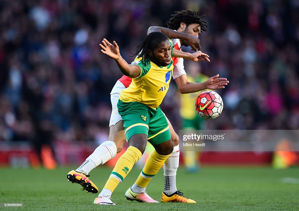 <a gi-track='captionPersonalityLinkClicked' href=/galleries/search?phrase=Dieumerci+Mbokani&family=editorial&specificpeople=4528520 ng-click='$event.stopPropagation()'>Dieumerci Mbokani</a> of Norwich City is challenged by <a gi-track='captionPersonalityLinkClicked' href=/galleries/search?phrase=Mohamed+Elneny&family=editorial&specificpeople=10538678 ng-click='$event.stopPropagation()'>Mohamed Elneny</a> of Arsenal during the Barclays Premier League match between Arsenal and Norwich City at The Emirates Stadium on April 30, 2016 in London, England