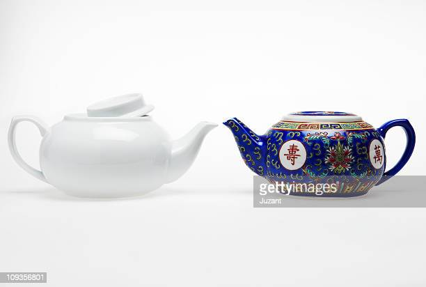 2 different Chinese tea pots facing each other
