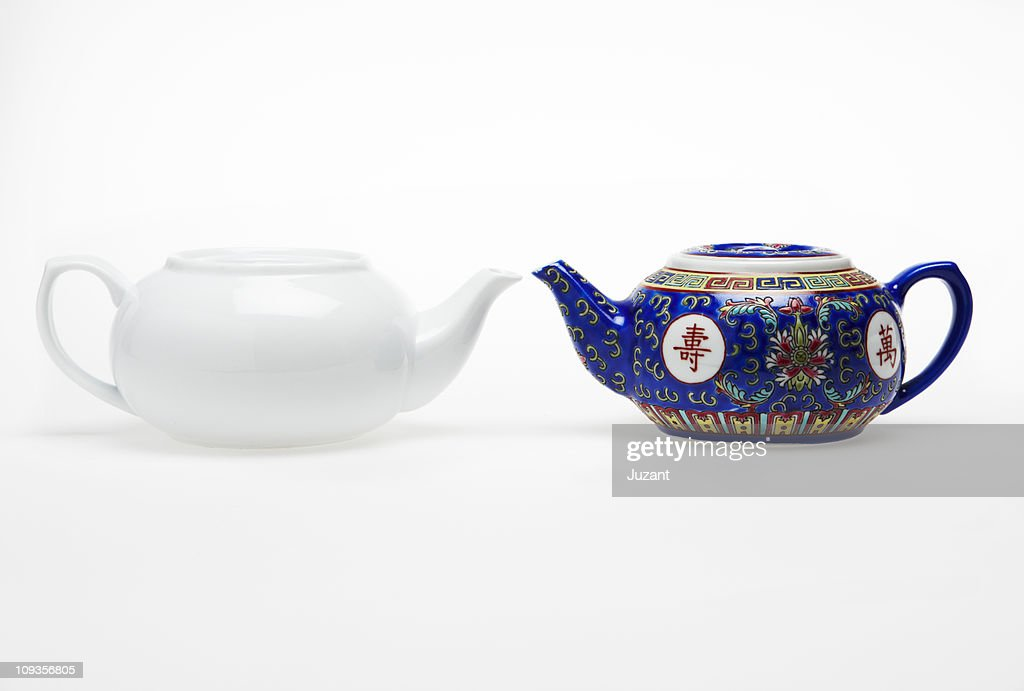 2 different Chinese tea pots facing one another : Stock Photo