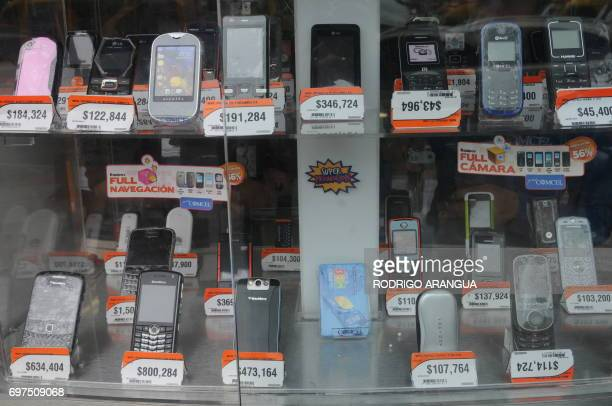 Different types of mobile phones for sale in Bogota on May 12 2010 AFP PHOTO Rodrigo ARANGUA / AFP PHOTO / RODRIGO ARANGUA